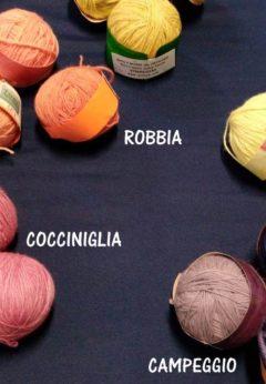 gomitoli di lana tinte con prodotti naturali